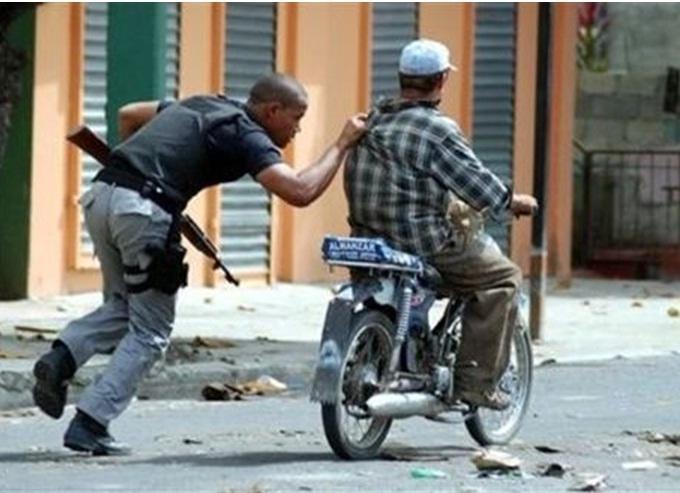 yeahh contry 2 hand guns 9mm explosive bullets alot thiefs