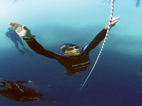 diver-swims-121-metres-below-water-without-air-1355074449-7272