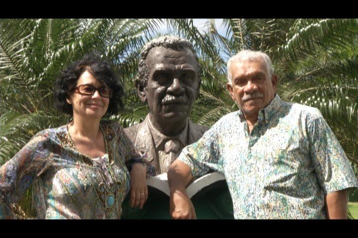 Ida and Walcott with statue