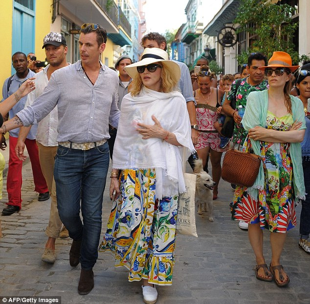 374E6A5900000578-3743866-Sightseeing_Madonna_was_pictured_in_Havana_Cuba_on_Tuesday_as_sh-m-20_1471387873348