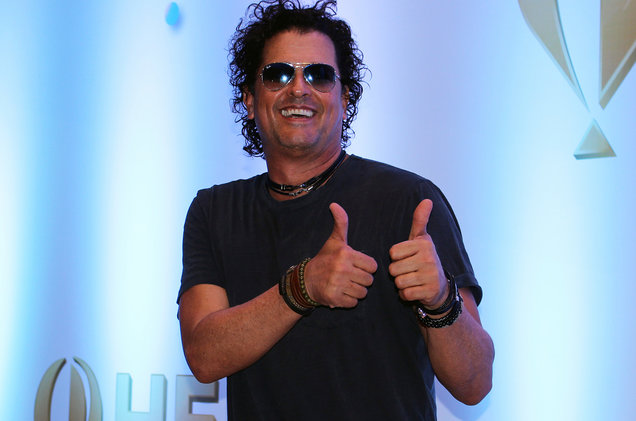 Carlos-Vives-thumbs-up-billboard-1548.jpg