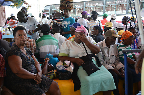 Cientos de haitianos cañeros e indocumentados esperan ser atendi