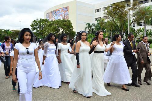 Mujeres marchan vestidas de novias en contra de la violencia a l
