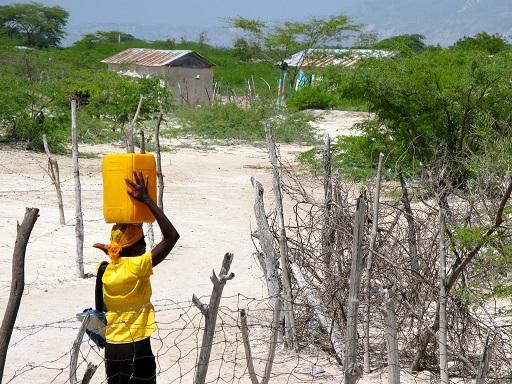 Mujer-cargando-agua-en-Boutin-1024x768