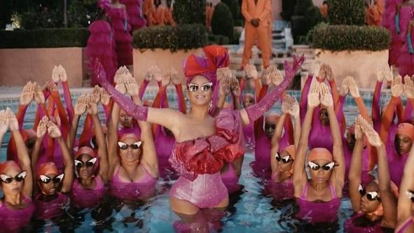 Beyonce-swimming-2
